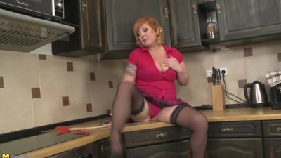 Alex_36_in_Chubby_Housewife_Fingering_..