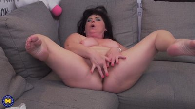Chubby mature mom Rosalia fingering..