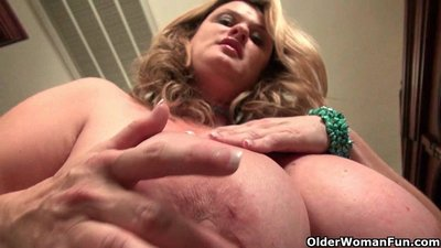 Curvy milf Jewels Carter plays with..