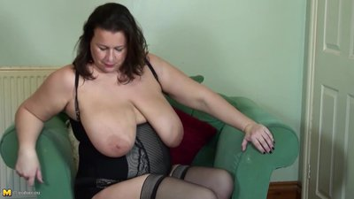 Mature BBW mother fingering her little..